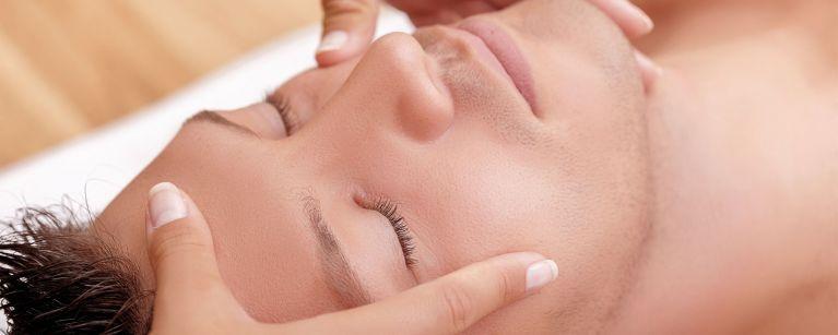 Hautpfelge und Kosmetikbehandlung für den Mann